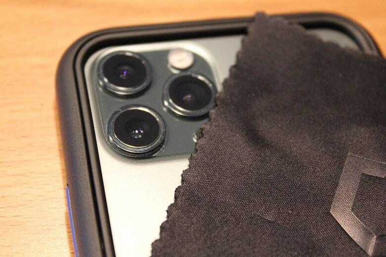 RhinoShield カメラレンズプロテクター 指紋や汚れを拭き取ります