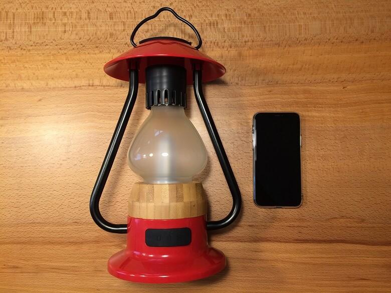 Bluetoothスピーカー付き山小屋風LEDランタン スマホと比較