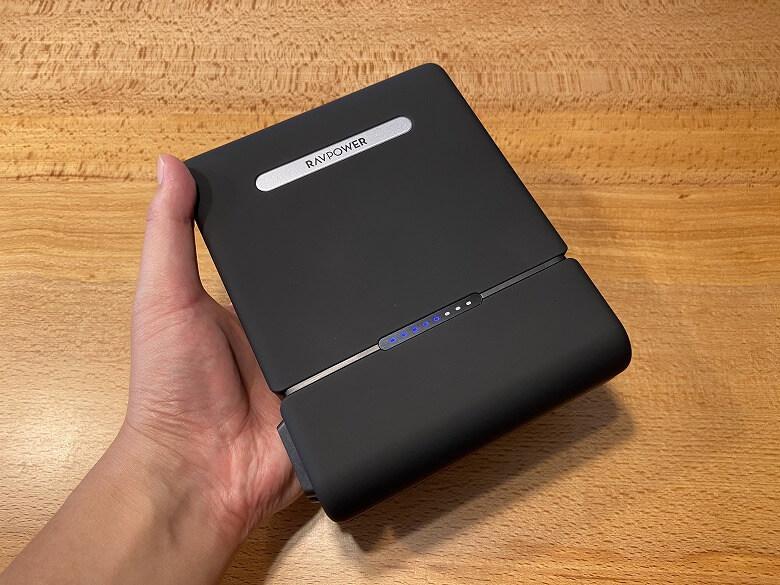 RAVPower ポータブル電源 30000mAh 手に持ったところ