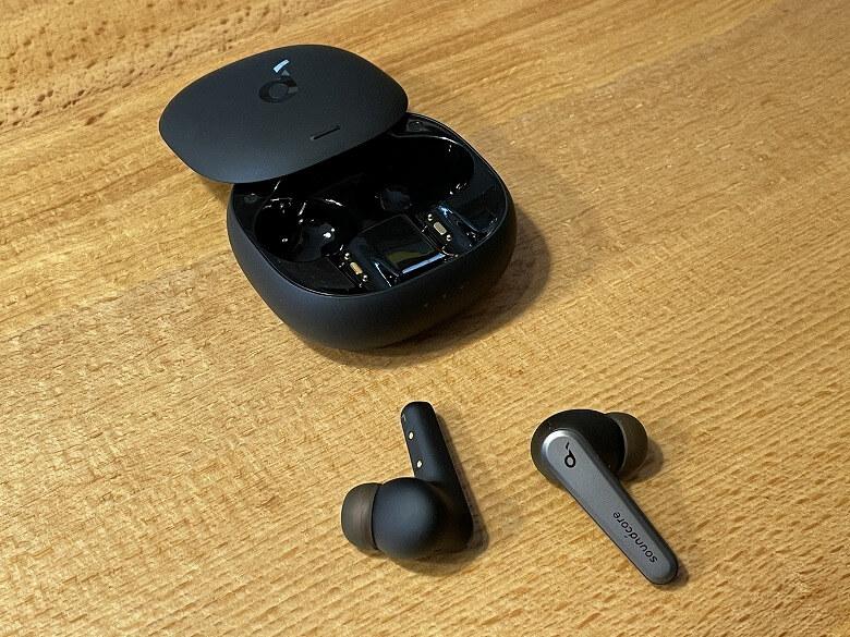 Anker Soundcore Liberty Air 2 Pro 充電ケースからイヤホン取り出し